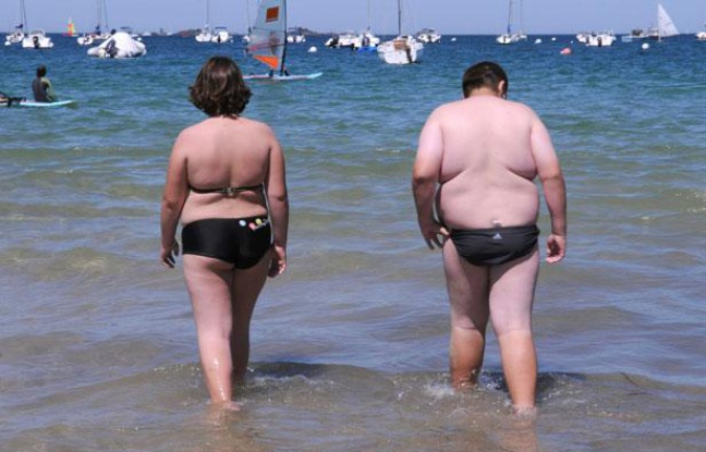 648x415_deux-personnes-surpoids-promenent-plage-2008