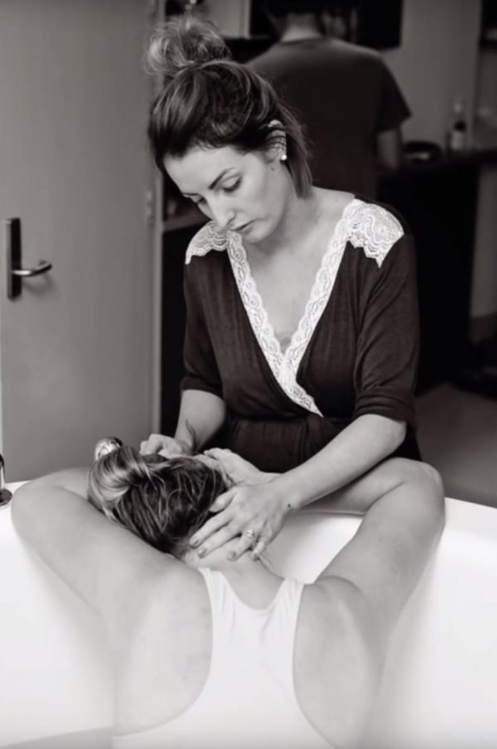 Une femme porte le b b de sa s ur incapable de tomber - Avoir un bebe apres une fausse couche ...