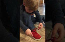 Ce petit montre aux enfants de son âge du monde entier comment qu'attacher ses lacets est un jeu !