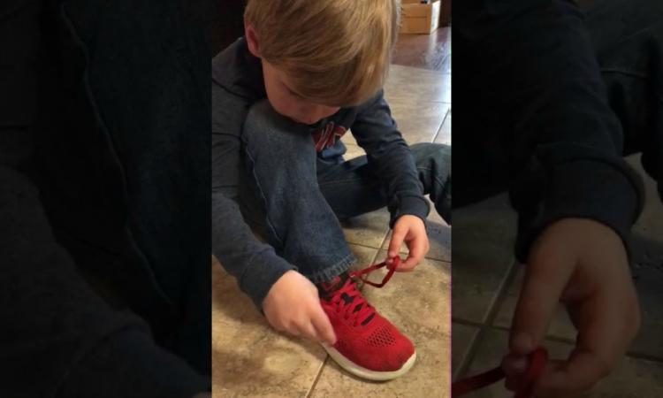 un petit gar on de 5 ans montre aux enfantsde son ge que les chaussures super faciles. Black Bedroom Furniture Sets. Home Design Ideas