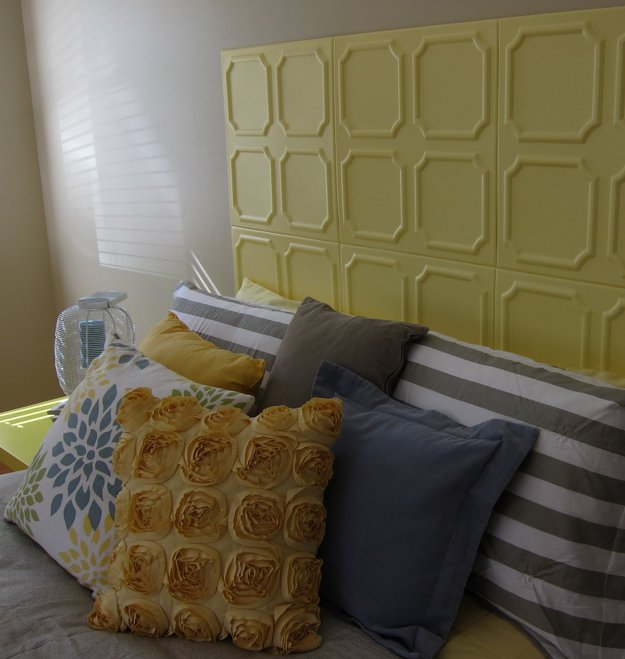 Collage de carrés de polystyrene destinés à la base pour les faux plafonds
