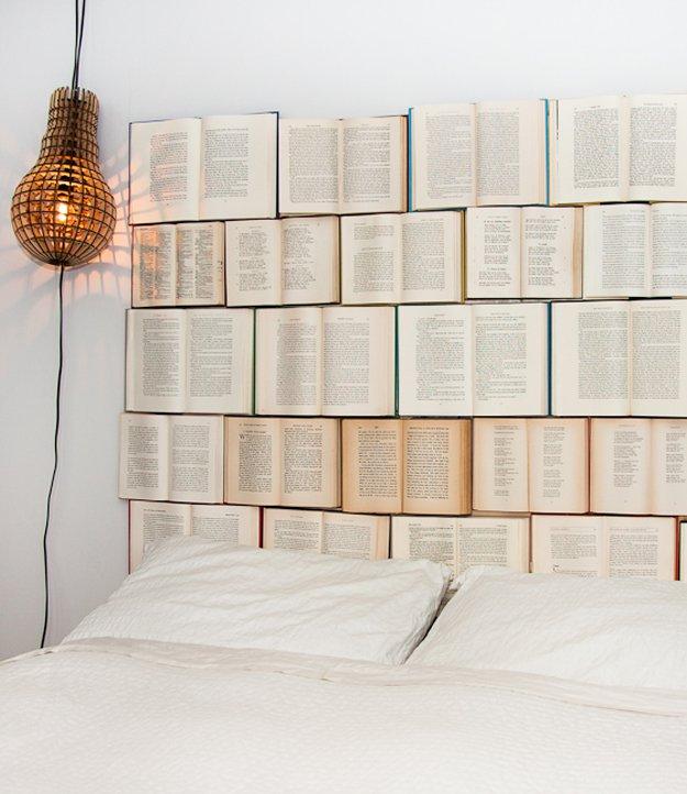 De vieux livres de chez le bouquiniste tout simplement cloués à une planche