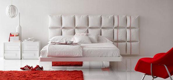 Des coussins accrochés au mur pour une chambre à coucher douillette