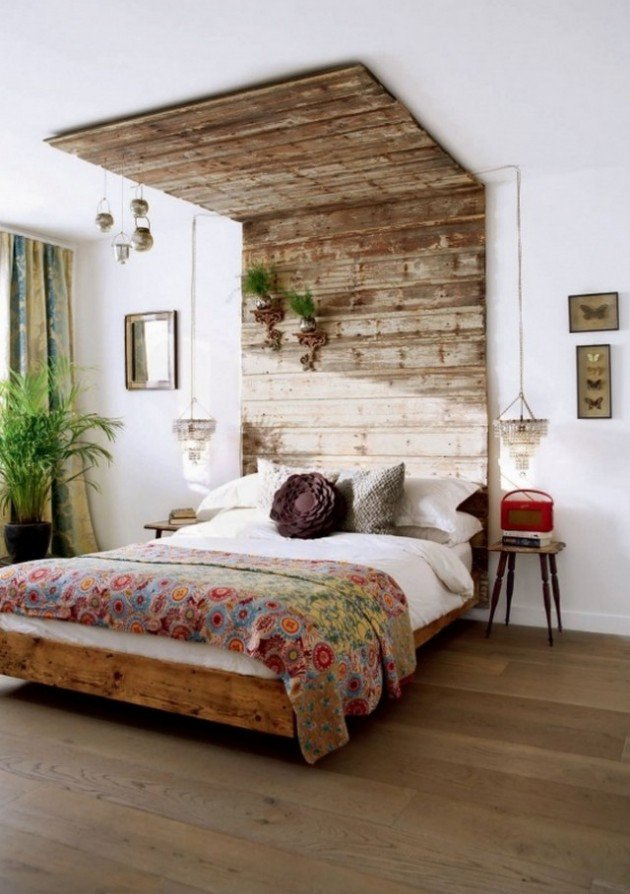 Des planches de bois jusqu'au-dessus du lit, pour un effet Cabane