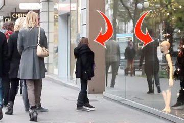 Elle aperçoit un mannequin qui lui ressemble dans cette vitrine...réaction est à faire pleurer !