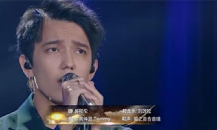 En interprétant cette chanson française, il laisse le public bouche bée en Chine !