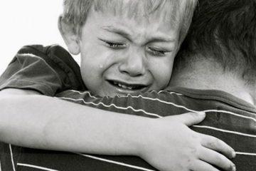 Il inflige une sévère correction à son fils...puis il fond en larmes !