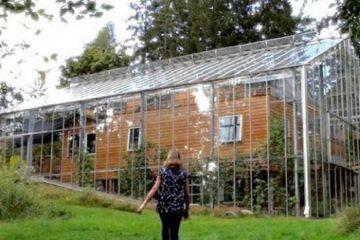 Les voisins pensent qu'ils sont fous en les voyant construire une prison de verre autour de leur résidence...la raison qui se cache derrière est ingénieuse 0