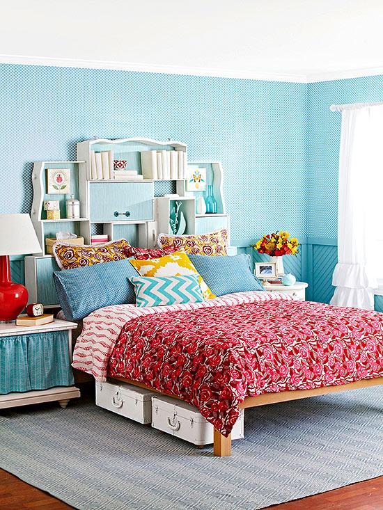 Tête de lit et rangement en même temps avec ces tiroirs de récup accrochés au mur