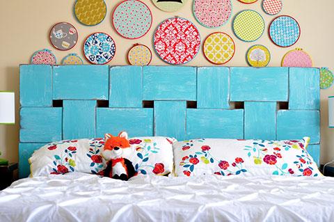 Un joli tissage de longues planches de contre plaqué pour cette tête de lit unique en son genre