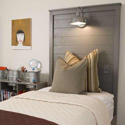Une ancienne porte reconvertie en tête de lit