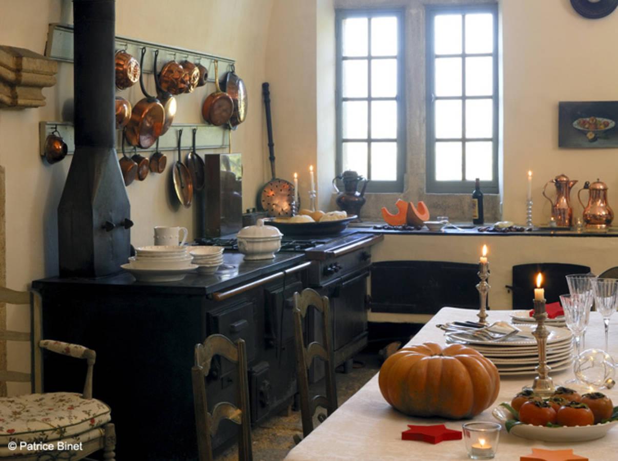 Une-cuisine-campagne-qui-expose-ses-casseroles-a-l-ancienne ...