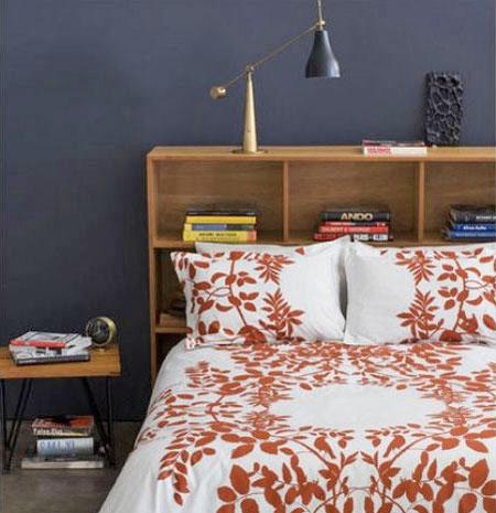 Une tête de lit avec des étagères pour les petits espaces