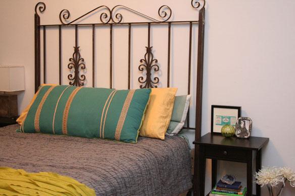 Vous ne le devinerez jamais, mais cette tête de lit était avant un portail en fer forgé