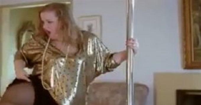 elle installe une barre de pole dance au salon pour s duire son homme quand elle se lance c. Black Bedroom Furniture Sets. Home Design Ideas