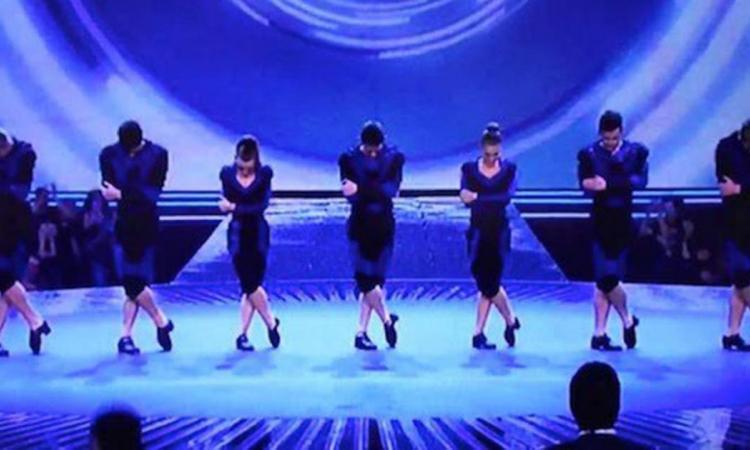 Au début, ces danseurs irlandais font rire d'eux...mais lorsque la musique commence c'est la confusion, puis la foule est en DÉLIRE!