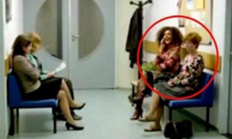 Dans une salle d'attente, cette femme parle trop fort au téléphone... Observez bien la réaction de la femme qui se tient à côté d'elle!