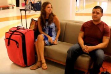 Elle pensait que son copain a omis de venir la chercher à l'aéroport... C'est à ce moment que la musique commence...