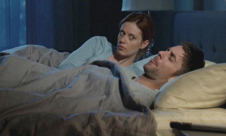 Elle se réveille la nuit et pense que son mari se masturbe à côté d'elle...elle soulève la couverture et voit ÇA !
