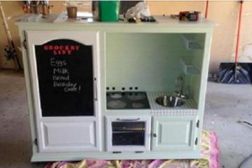 Il fabrique une cuisine pour son fiston de 2 ans...ce que les gens lui disent est horrible !