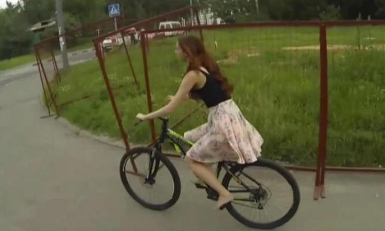 Observez bien cette jolie fille en train de faire du vélo...ce qu'elle va vivre est...