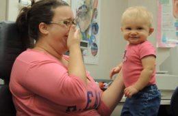 Cette petite est sourde de naissance...admirez sa réaction quand elle entend la voix de sa maman pour la toute première fois...