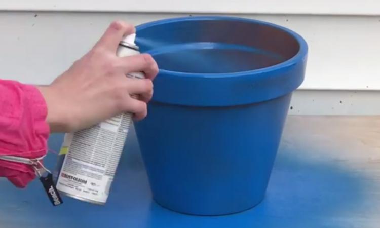 elle commence par peindre 4 pots en terre cuite en bleu pour les empiler ensuite depuis elle. Black Bedroom Furniture Sets. Home Design Ideas